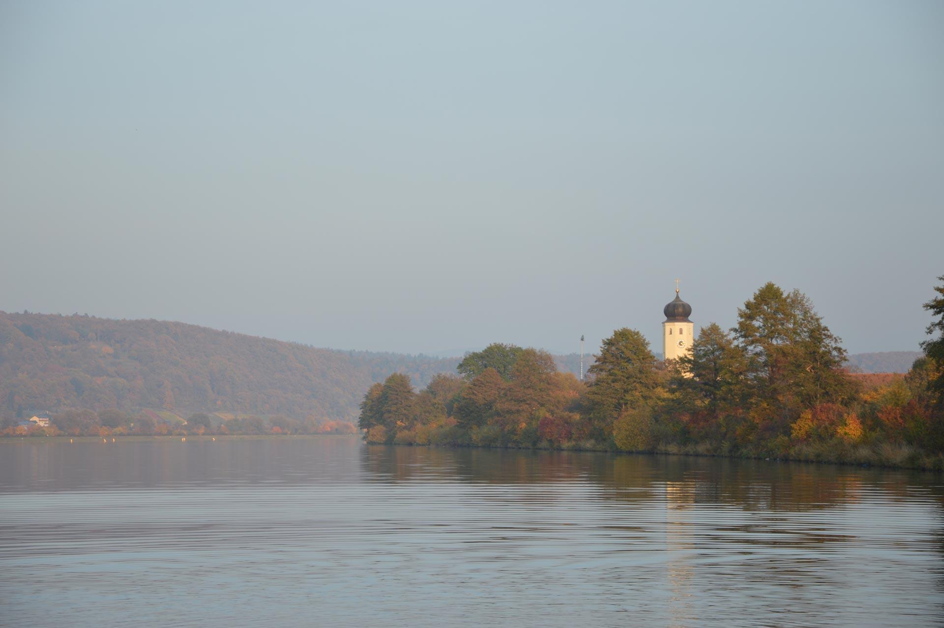 Donau mit Kirche Demling im Hintergrund