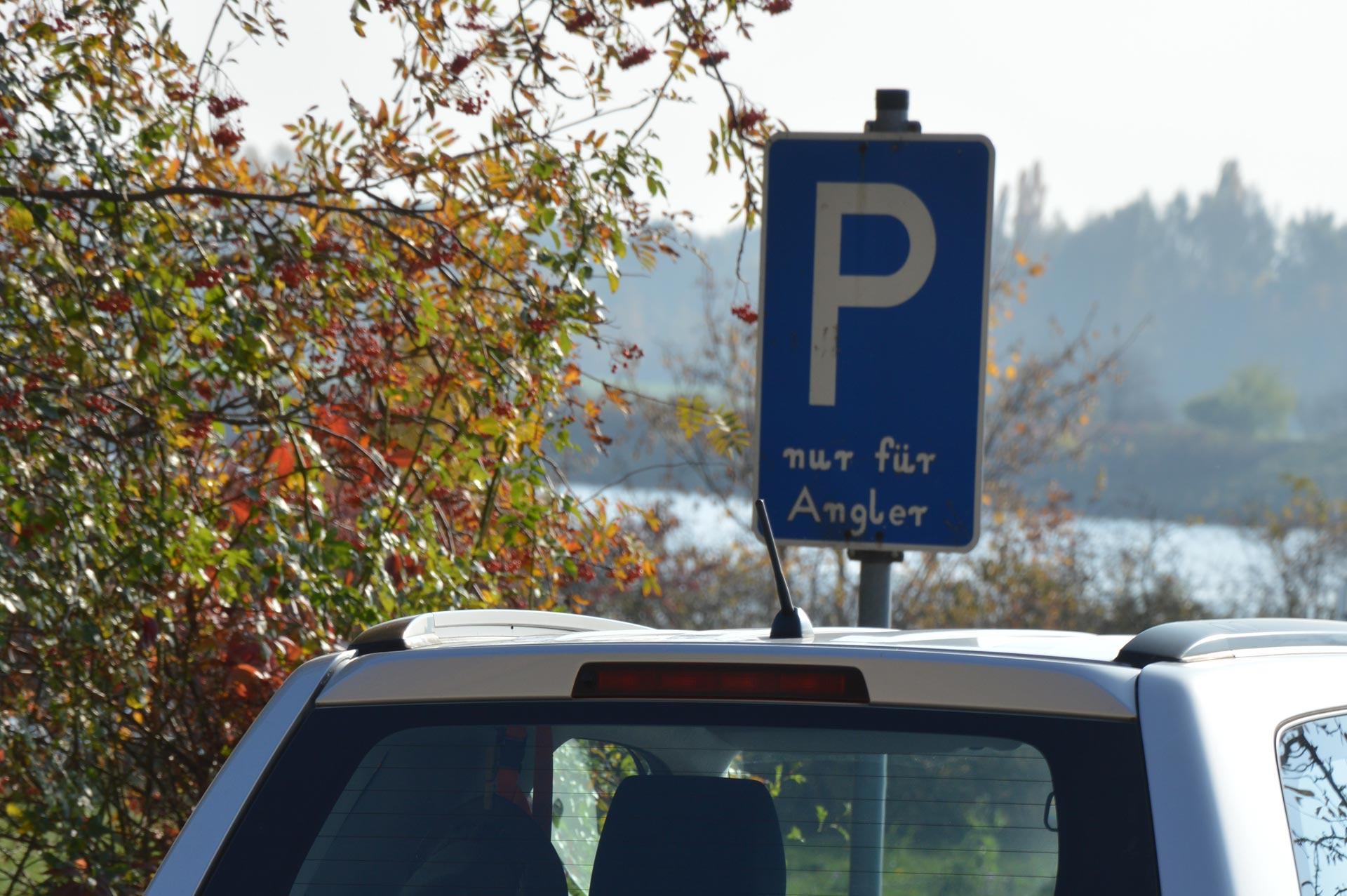 Speziell für Angler ausgewiesener Parkplatz an Donau bei Donaustauf
