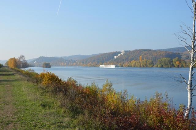 Wanderweg am Damm mit Schiff auf Donau und Walhalla Donaustauf im Hintergrund